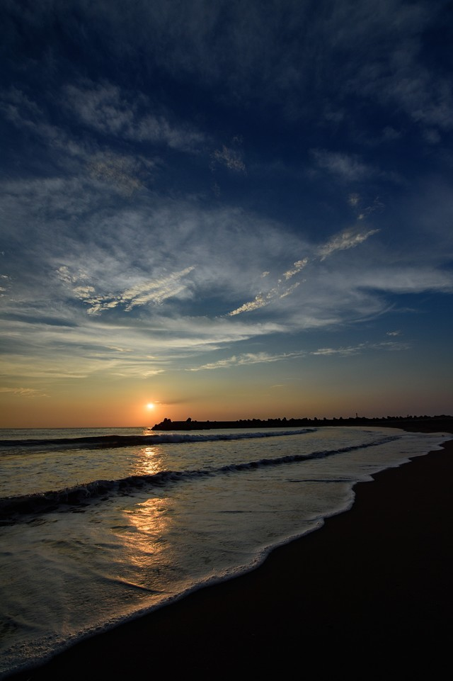 穏やかに打ち寄せる波とレイライン(千葉県一宮町)の写真