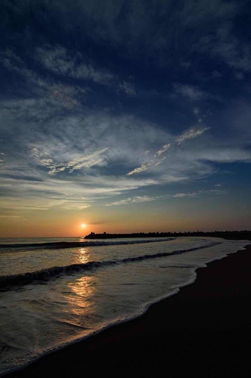 「穏やかに打ち寄せる波とレイライン(千葉県一宮町)」の写真