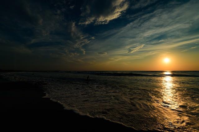 薄明に浮かぶ朝日とレイライン(千葉県一宮町)の写真