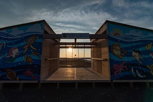 マリンステーション越しに見える一宮海岸の朝日(千葉県一宮町)の写真