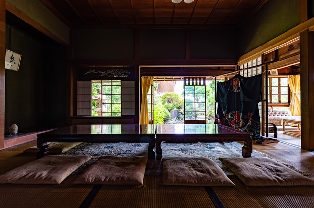 旧寿屋本家の座敷に並ぶ座布団(千葉県一宮町)の写真