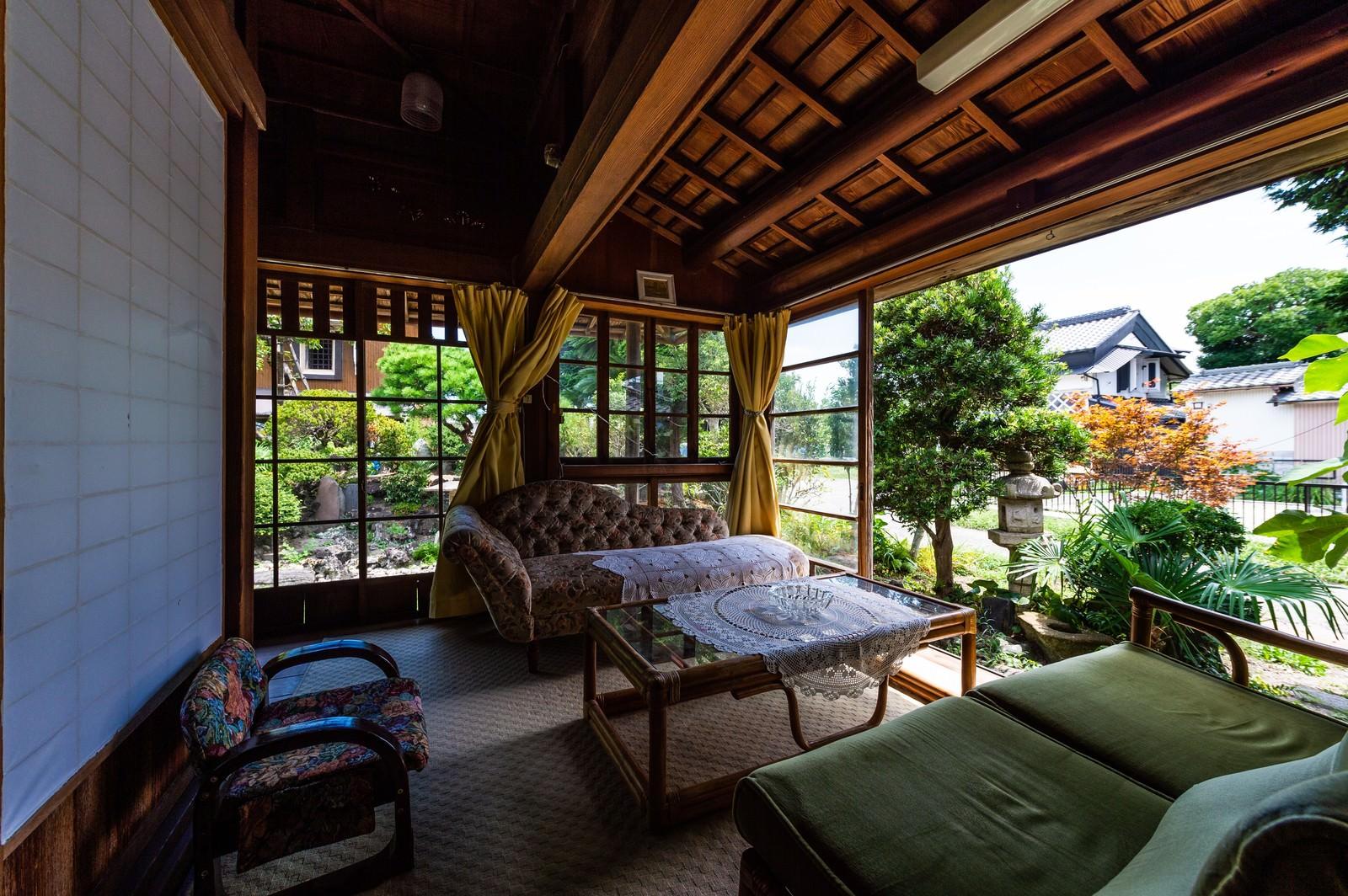 「旧寿屋本家のサンルームから見える庭(千葉県一宮町)」の写真