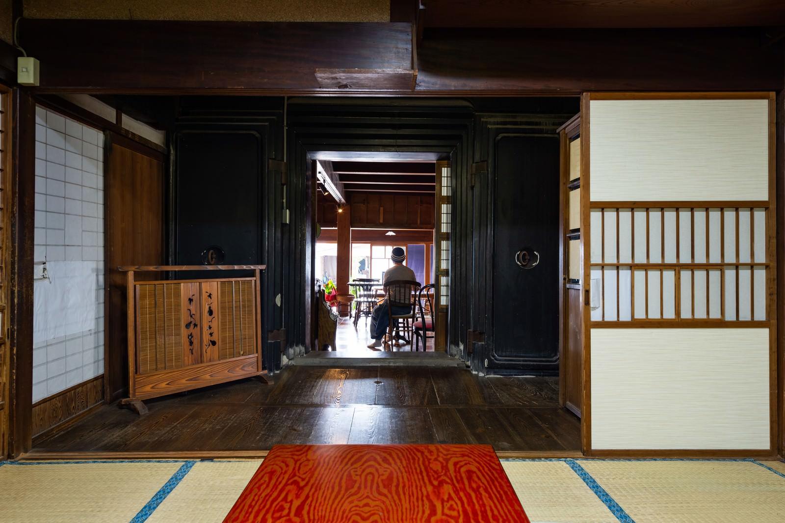 「蔵の扉から続く古民家カフェ(千葉県一宮町)」の写真