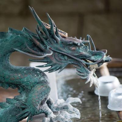 玉前神社の手水舎におられる龍神様(千葉県一宮町)の写真