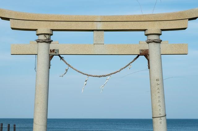 釣ヶ崎海岸の鳥居(千葉県一宮町)の写真
