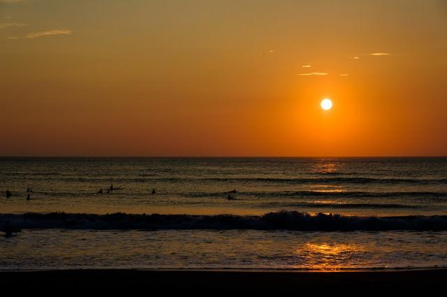 朝日に照らされる砕けた波のシルエット(千葉県一宮町)の写真