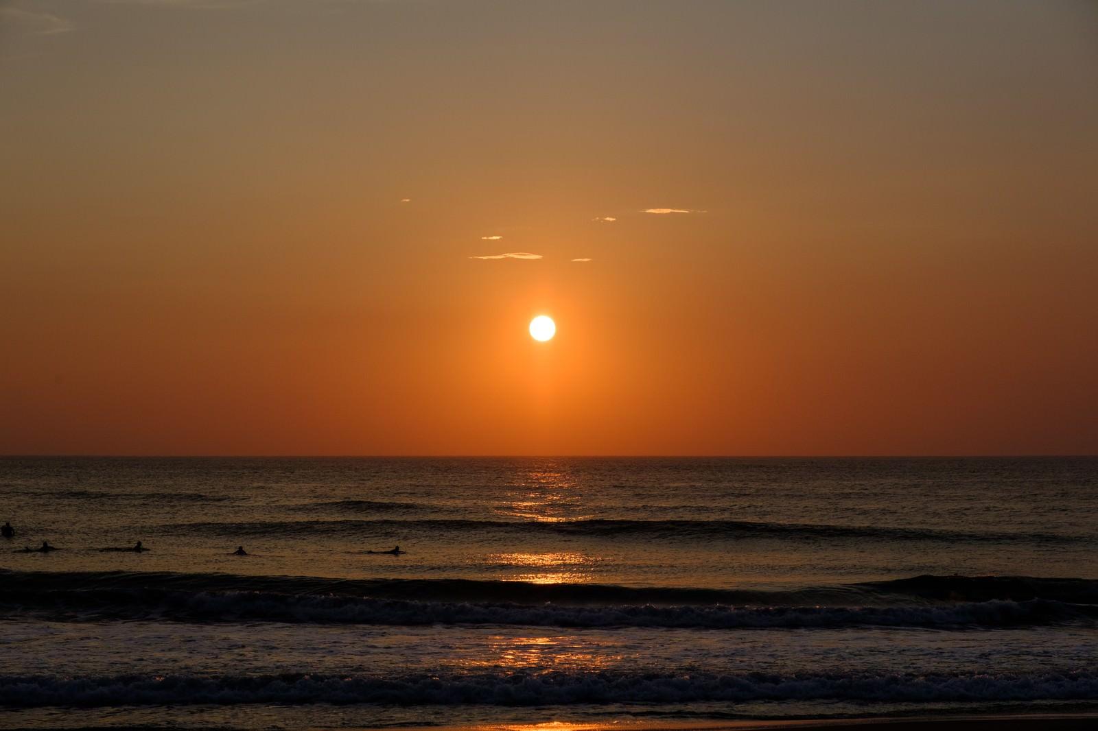 「一宮海岸に次々と打ち寄せる波とサンライズ(千葉県一宮町)」の写真