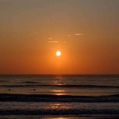 一宮海岸に次々と打ち寄せる波とサンライズ(千葉県一宮町)の写真