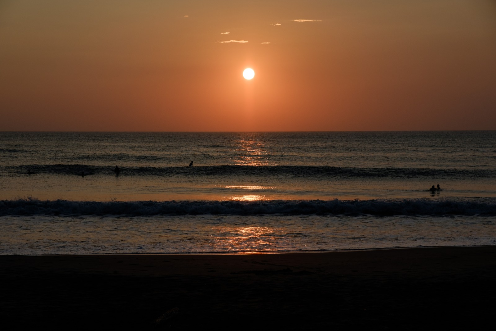 「朝日を背に海岸に打ち寄せる波(千葉県一宮町)」の写真