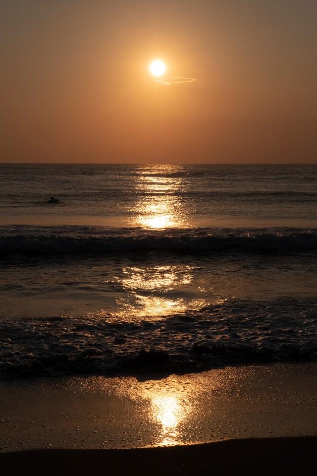 波打ち際まで反射するレイライン(千葉県一宮町)の写真