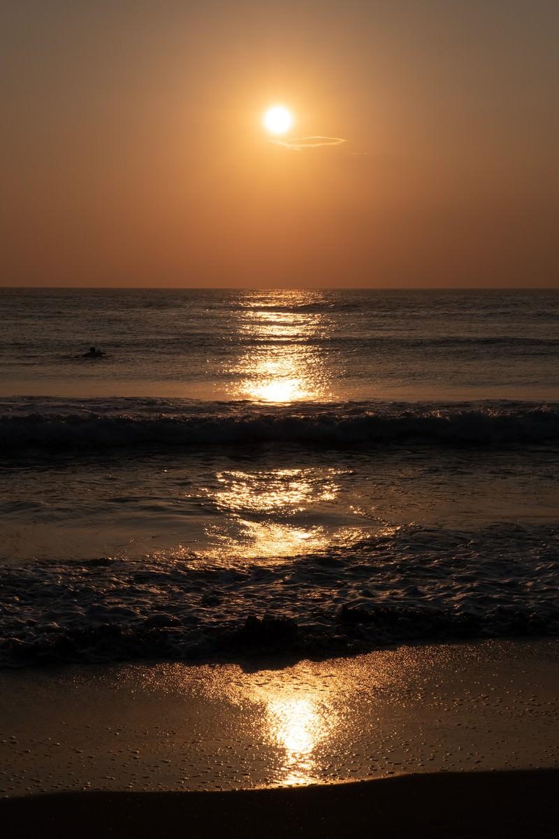 「波打ち際まで反射するレイライン(千葉県一宮町)」の写真