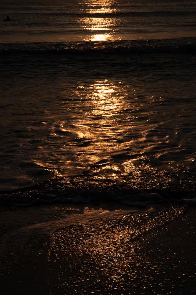 一宮海岸の夕暮れの波打ち際(千葉県一宮町)の写真