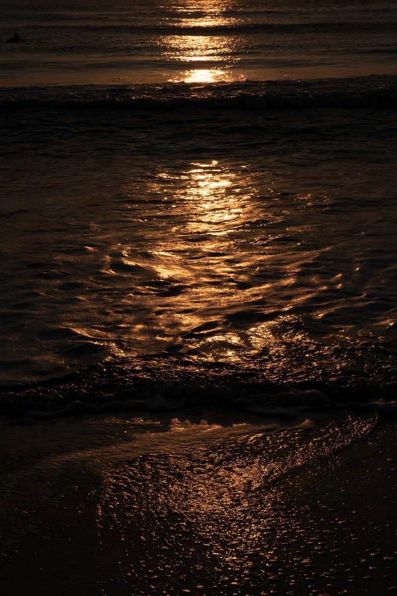 「一宮海岸の夕暮れの波打ち際(千葉県一宮町)」の写真