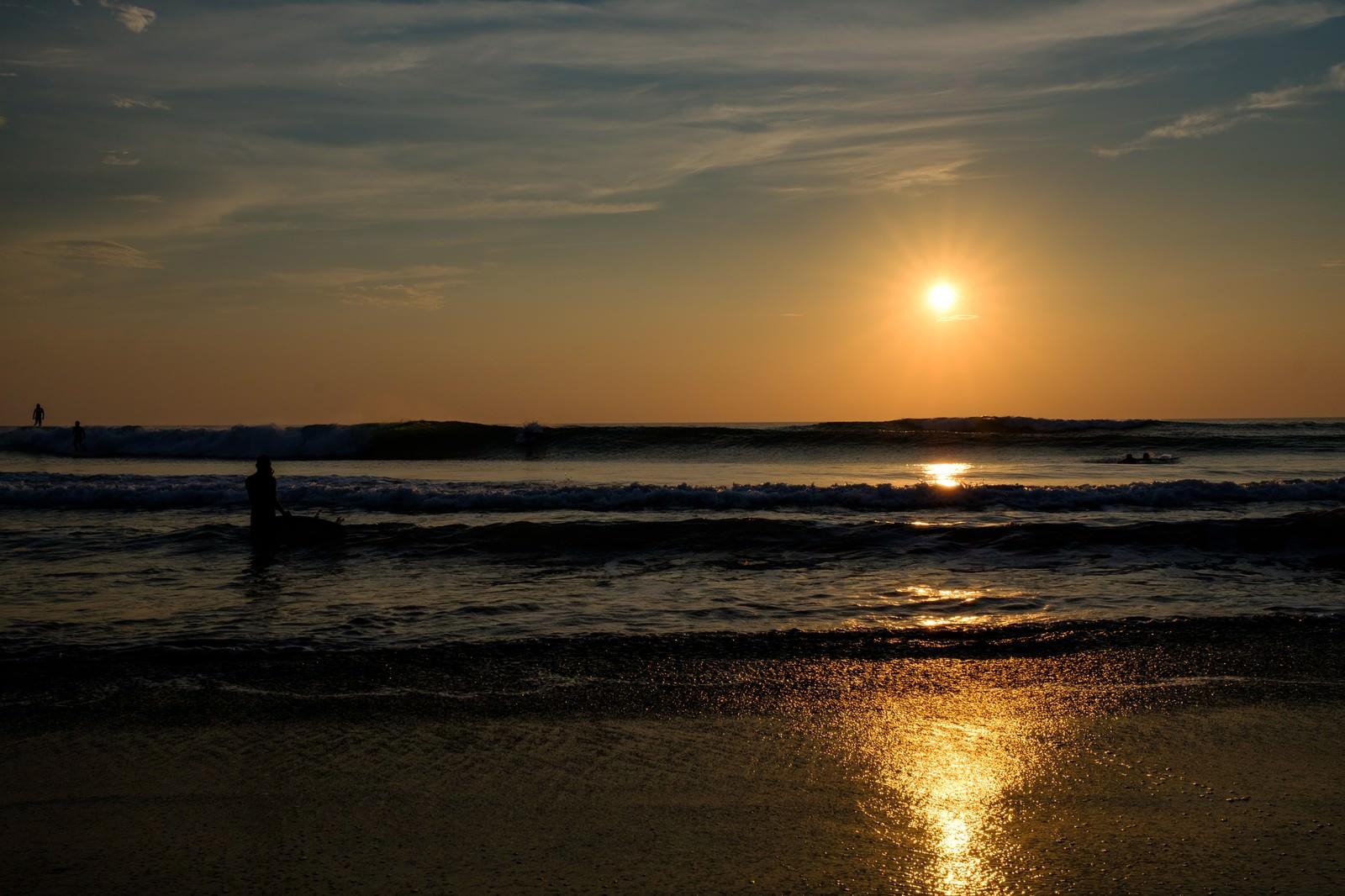 「朝日を背に高波に挑むサーファー達(千葉県一宮町)朝日を背に高波に挑むサーファー達(千葉県一宮町)」のフリー写真素材を拡大