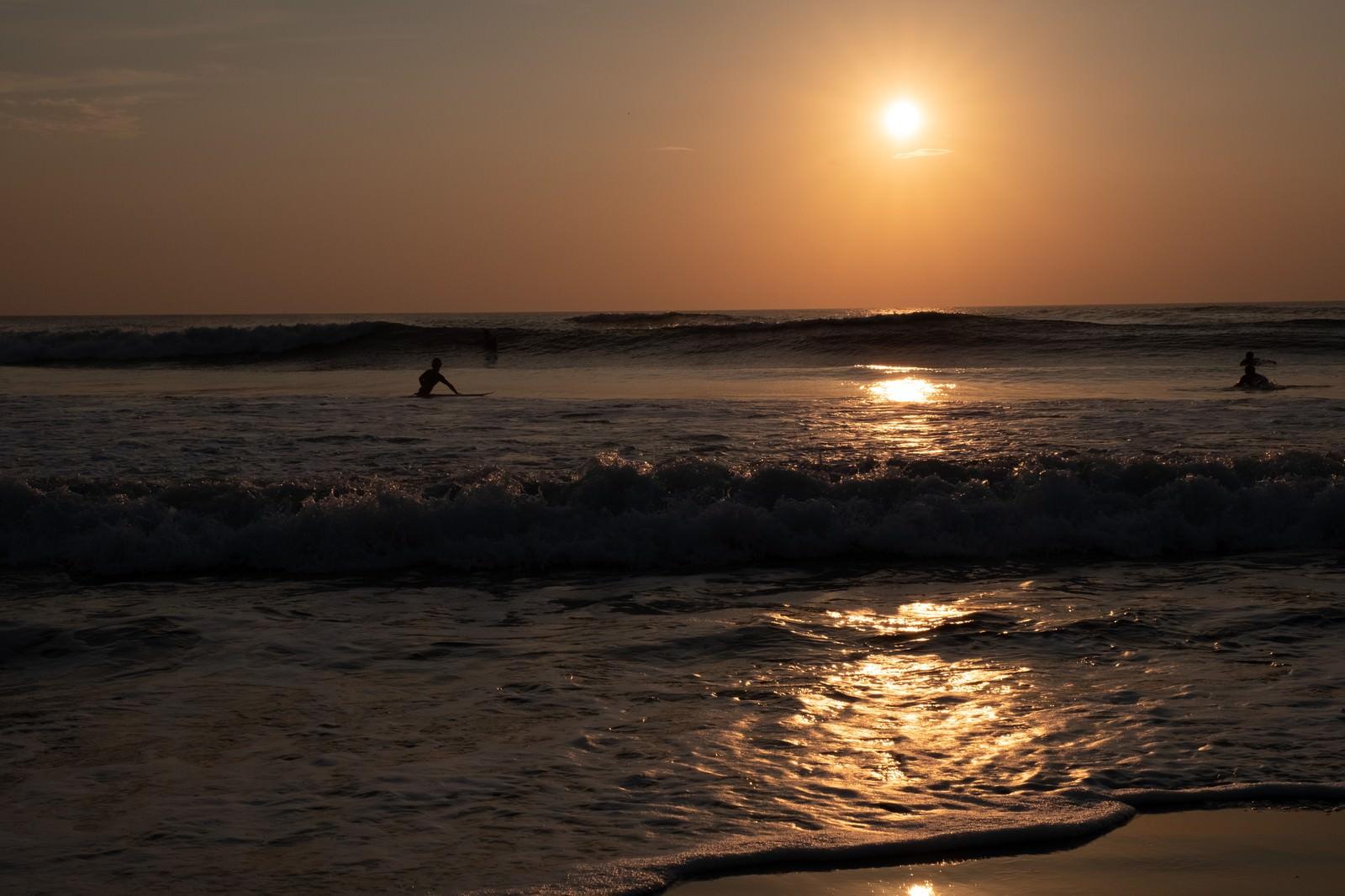 「打ち寄せる波に挑むサーファー達(千葉県一宮町)」の写真