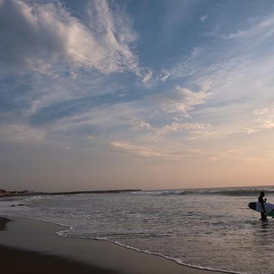 一宮海岸と夕焼けを背にしたサーファー達(千葉県一宮町)の写真