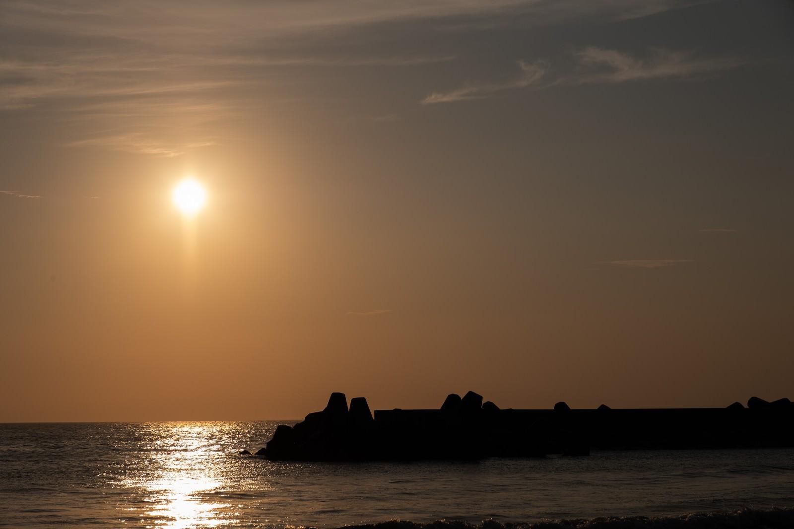 「一宮海岸の防波堤のシルエット(千葉県一宮町)」の写真
