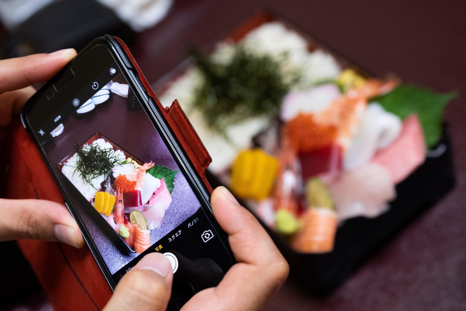 「海鮮ちらし寿司を記念に写メ」の写真