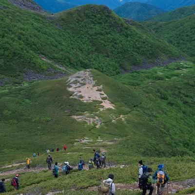 「3000峰の北アルプスを望みながら歩く乗鞍新登山道」の写真素材