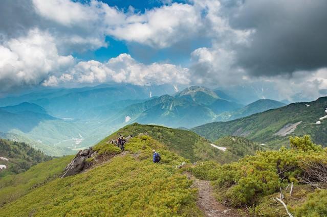 絶景の山々が堪能できる乗鞍新登山道と登山者の写真