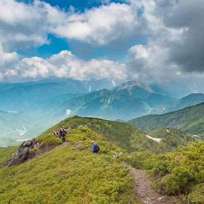 「絶景の山々が堪能できる乗鞍新登山道と登山者」の写真素材