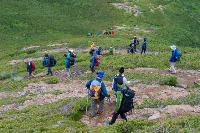 乗鞍新登山道の整備箇所に向かう登山者たちの写真
