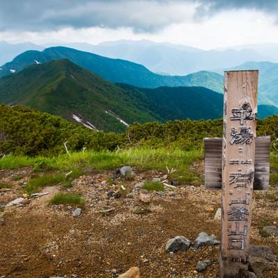 「乗鞍新登山道・平湯温泉下山口(道標)」の写真素材