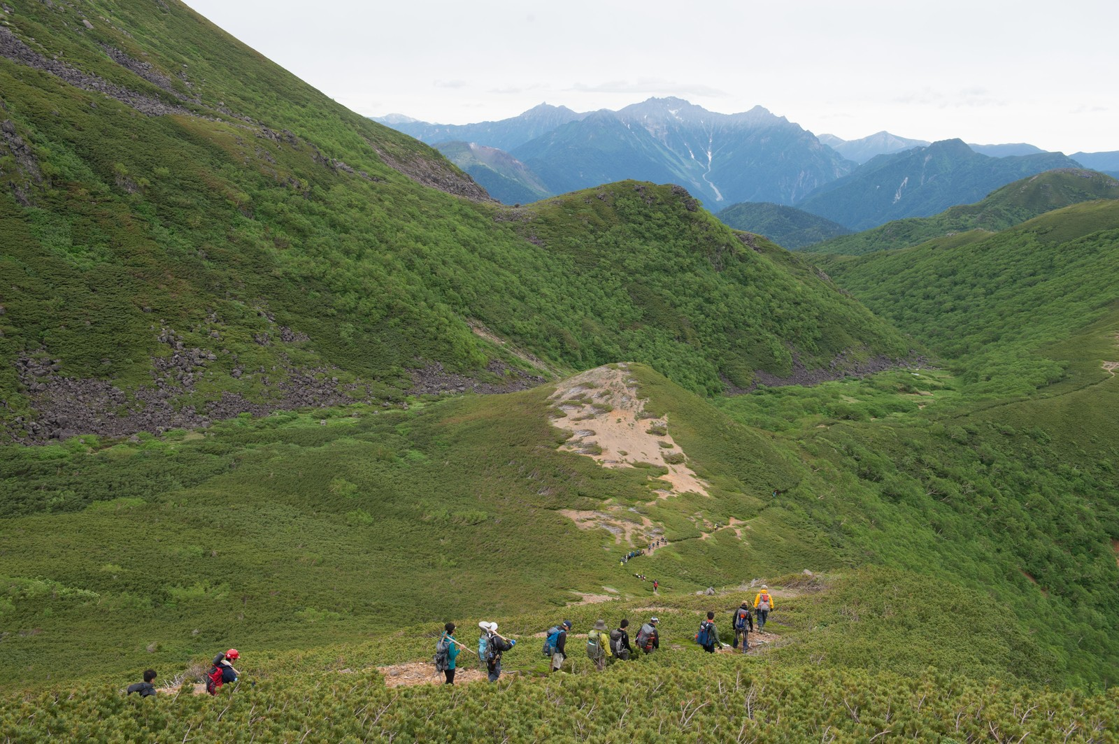 「北アルプスの中央にある乗鞍新登山道と登山者の列」の写真