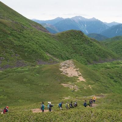 「北アルプスの中央にある乗鞍新登山道と登山者の列」の写真素材