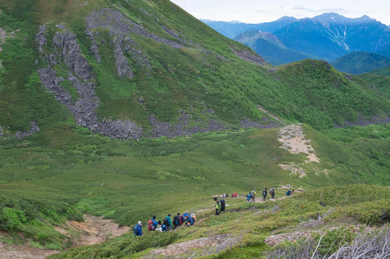 「乗鞍新登山道整備に列をなす登山者たち」の写真