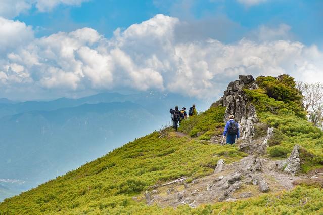 夏の雲と乗鞍新登山道の稜線の写真