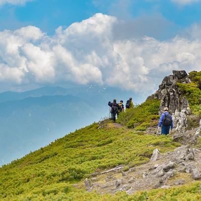 「夏の雲と乗鞍新登山道の稜線」の写真素材