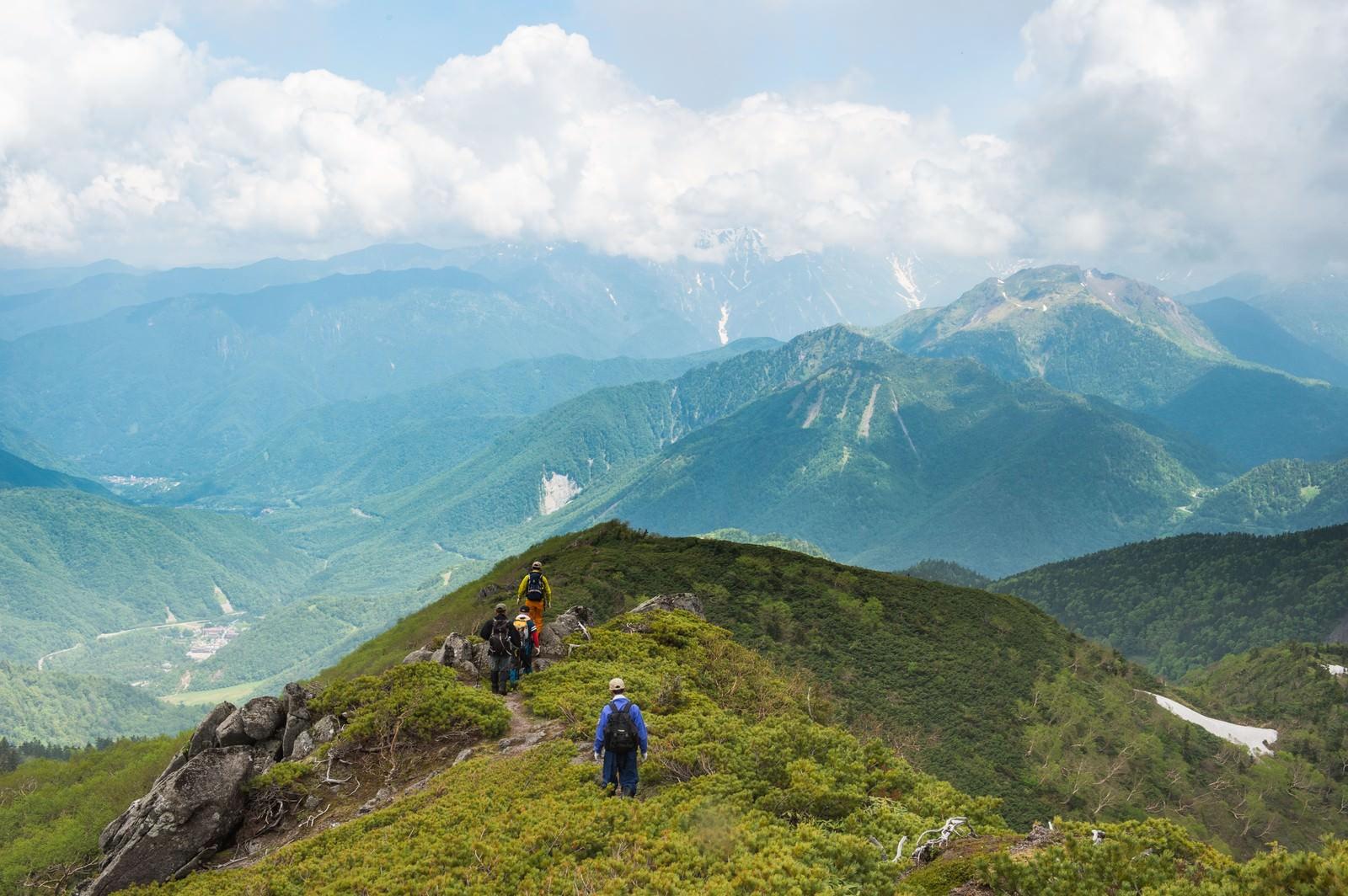 「目の前に焼岳、目下に平湯温泉の眺め(乗鞍新登山道)」の写真