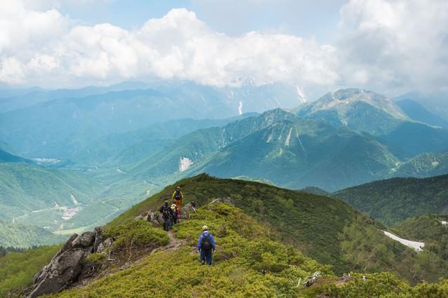 目の前に焼岳、目下に平湯温泉の眺め(乗鞍新登山道)の写真