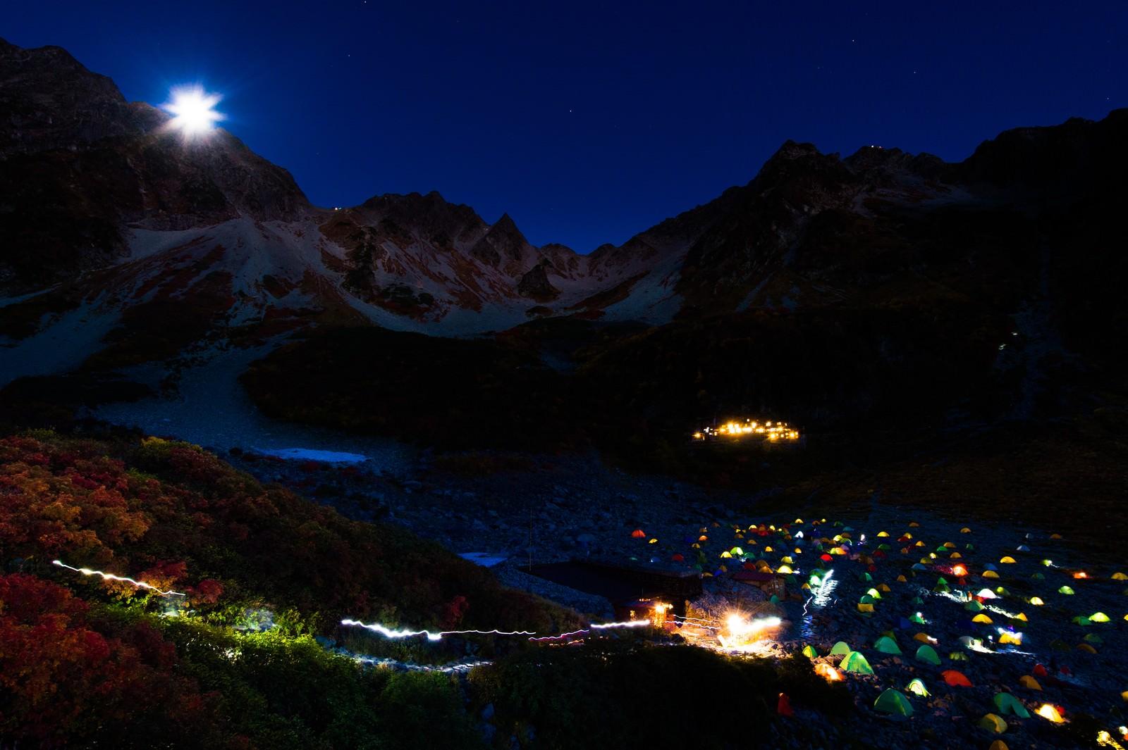 「涸沢カールのテント村と月光ダイアモンド奥穂高岳」の写真