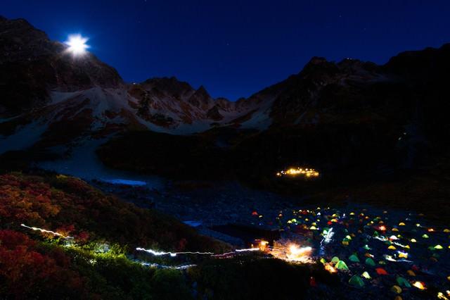 涸沢カールのテント村と月光ダイアモンド奥穂高岳の写真