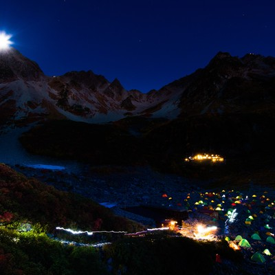 「涸沢カールのテント村と月光ダイアモンド奥穂高岳」の写真素材