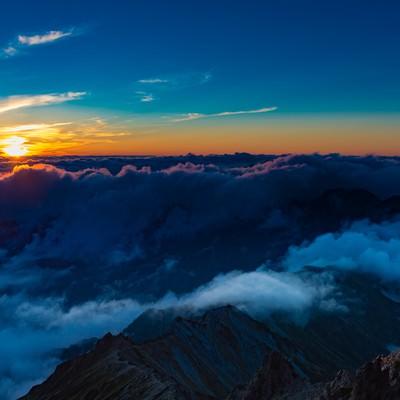 槍ヶ岳山頂から見下ろす夕暮れの北アルプスの山々の写真