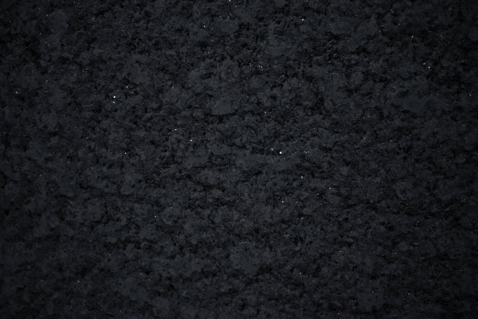 「白い細かい粒とアスファルト(テクスチャ)」の写真