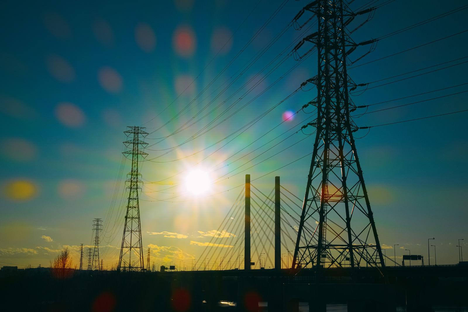 「夕暮れと鉄塔のシルエット」の写真