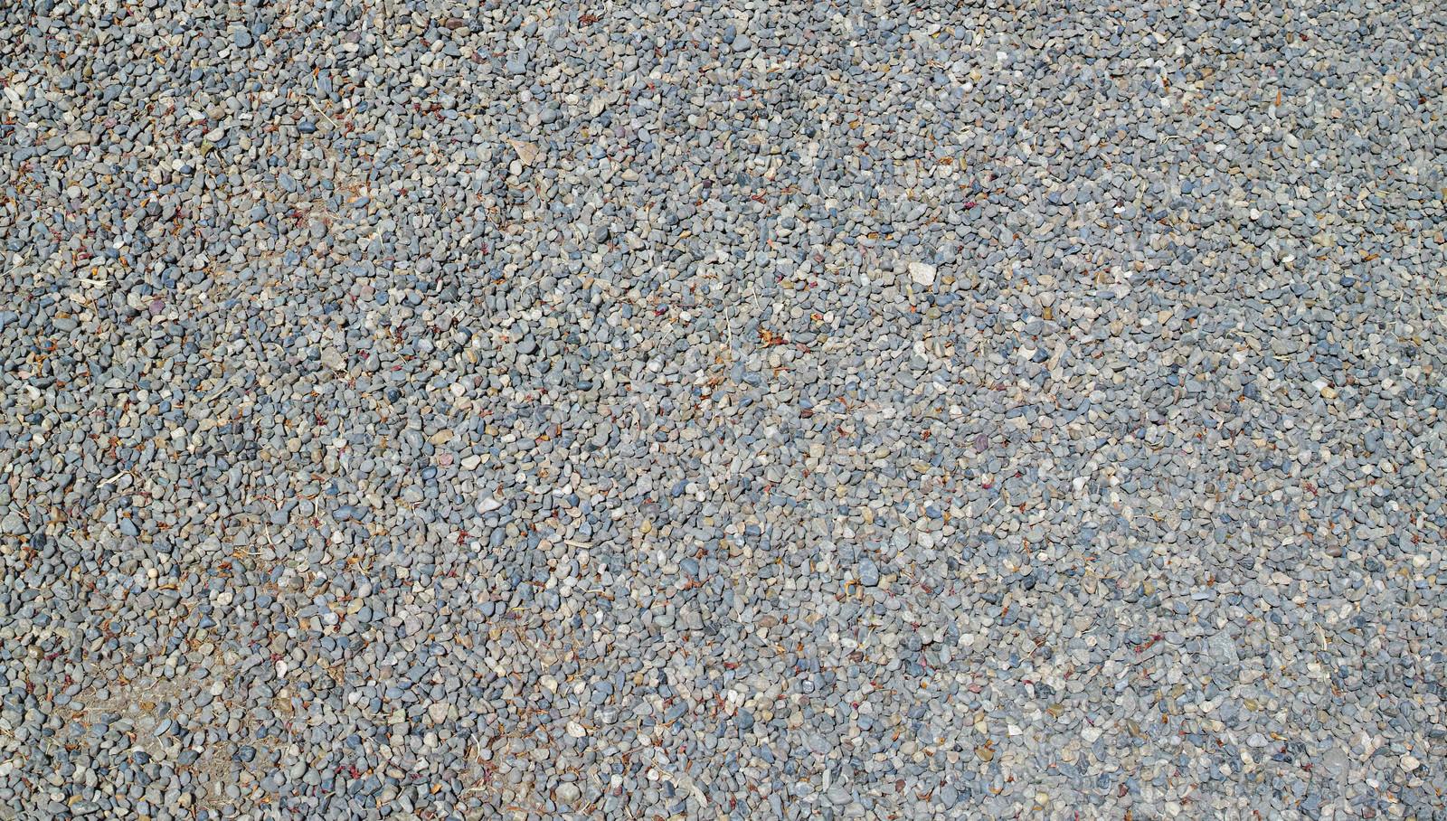 「細かい石がびっしりと敷き詰められた地面」の写真