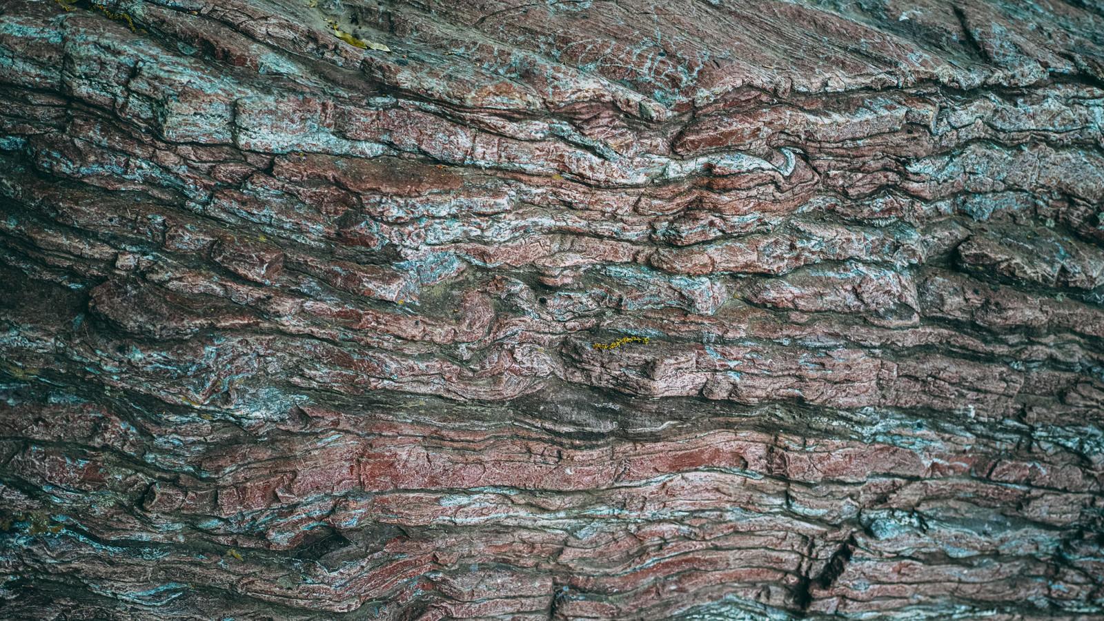 「赤と白のグラデーションがある一枚岩」の写真