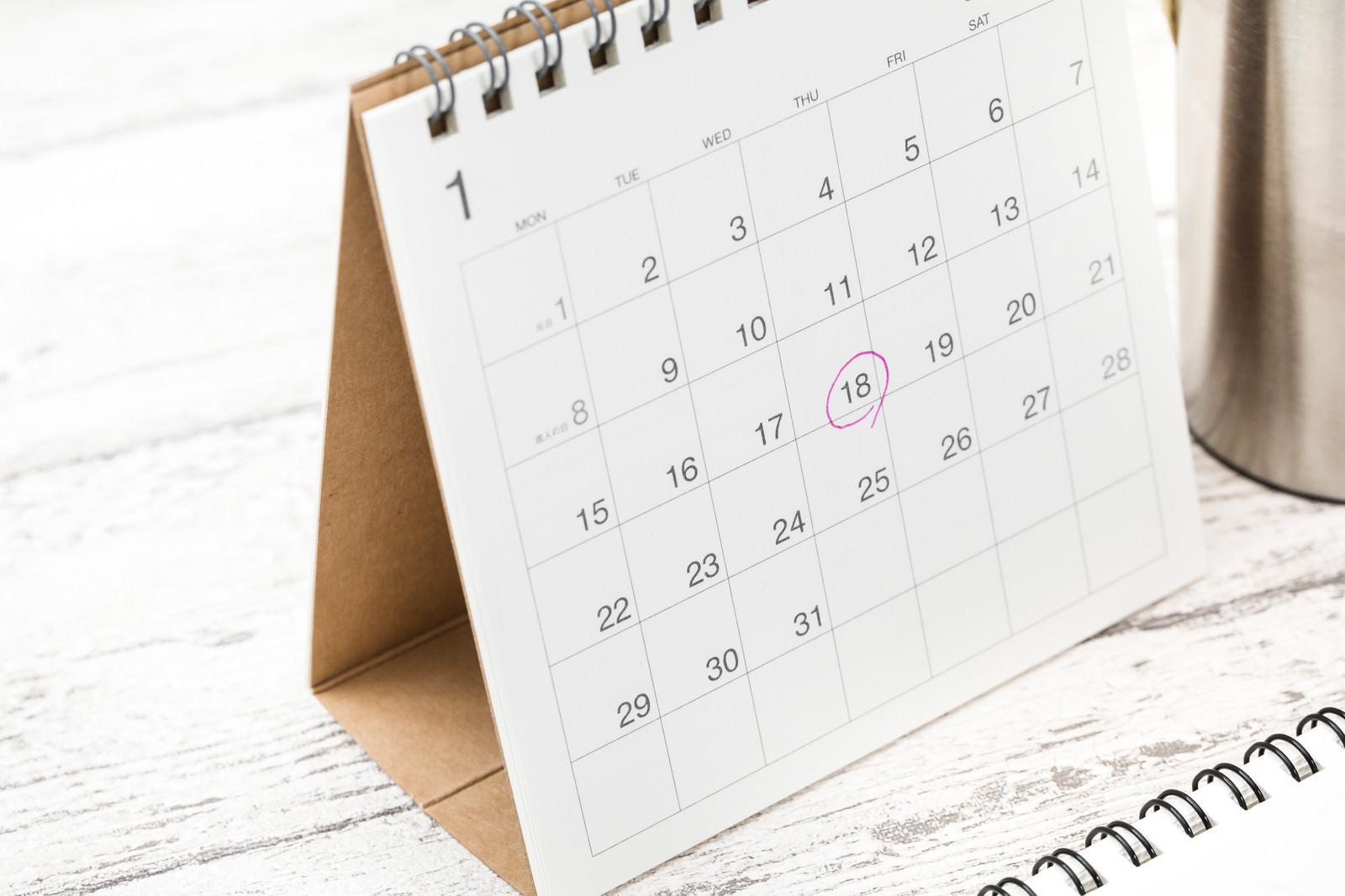「卓上カレンダーのチェックマーク」の写真