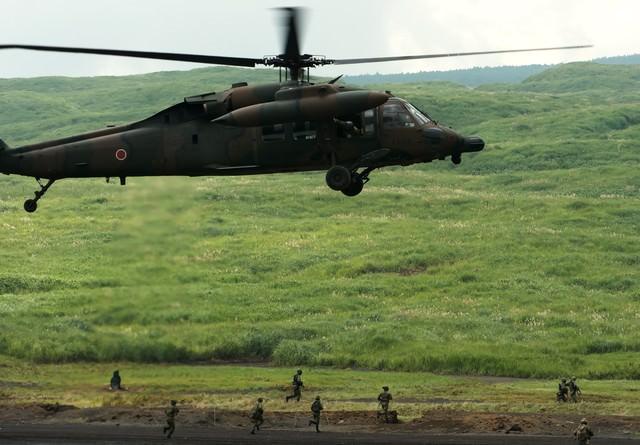 UH-60と、走る隊員たちの写真