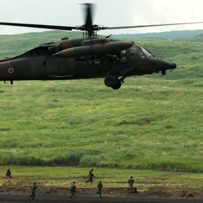 「UH-60と、走る隊員たち」の写真素材