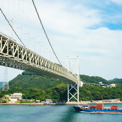 関門海峡を進む船を壇ノ浦PAから望むの写真