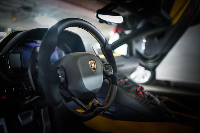 ランボルギーニの運転席(ステアリング)の写真