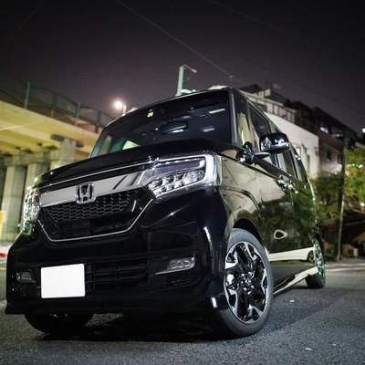 黒いワンボックスの軽自動車の写真