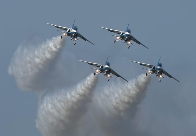 上空を舞うブルーインパルスの写真
