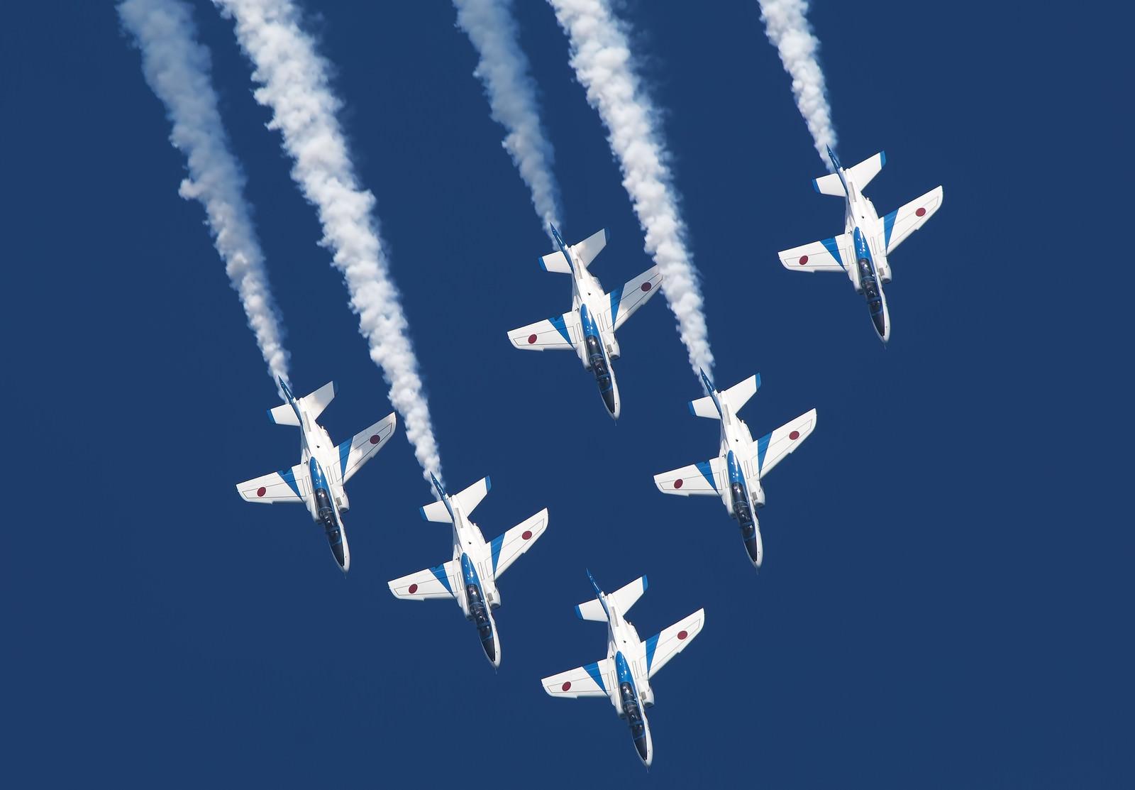 「ブルーインパルスの航空ショー」の写真